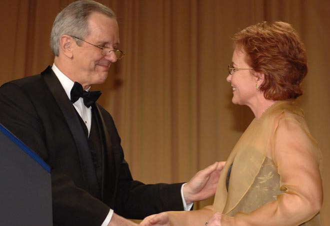 Joan Ryan, San Franciso Chronicle, receives the 2007 Edgar A. Poe Award from Charles Gibson.
