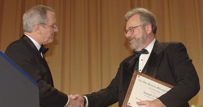 Ken Walsh, U.S. News & World Report, receives the 2007 Aldo Beckman Award from Charles Gibson.