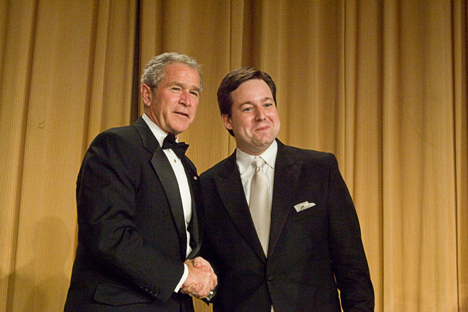 President Bush congratulates 2008 Merriman Smith Memorial Award recipient, Ed Henry. (photo/Neshan H. Naltchayan)